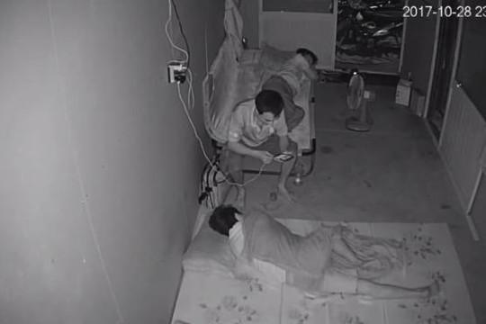 Bảo vệ ngủ say, trộm ung dung ngồi trên giường 'kiểm tra' điện thoại