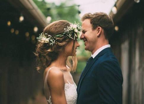 4 kiểu tóc cài hoa tươi cho cô dâu được yêu thích nhất 2017