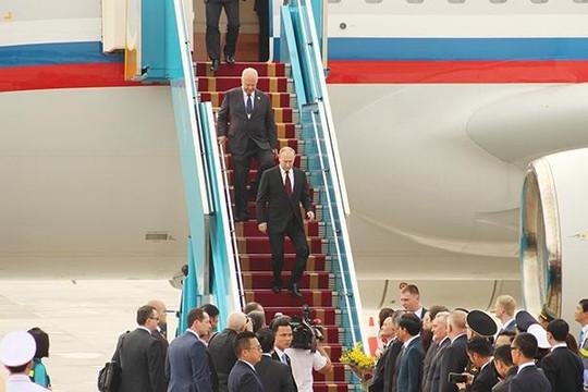 Hình ảnh Tổng thống Nga Putin vừa xuống sân bay Đà Nẵng