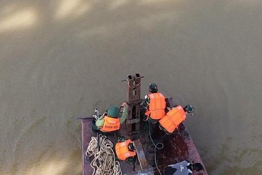 Quả bom dưới chân cầu Long Biên được trục vớt