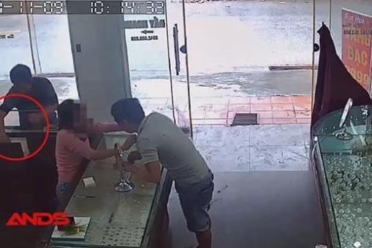 Hai thanh niên dàn cảnh mua vàng để trộm cắp