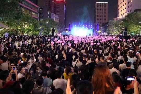 Nhạc sĩ Trần Quang Lộc xúc động nhận 100 triệu đồng từ ca sĩ Thu Phương