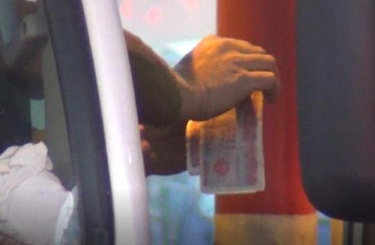 'Chiêu'' tiền lẻ tái xuất ở BOT số 1, quốc lộ 5 ùn tắc cục bộ