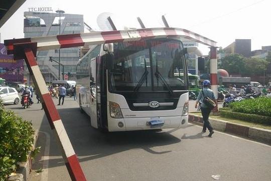 Xe khách đâm gãy thanh giới hạn chiều cao, giao thông ra vào sân bay Tân Sơn Nhất ùn ứ