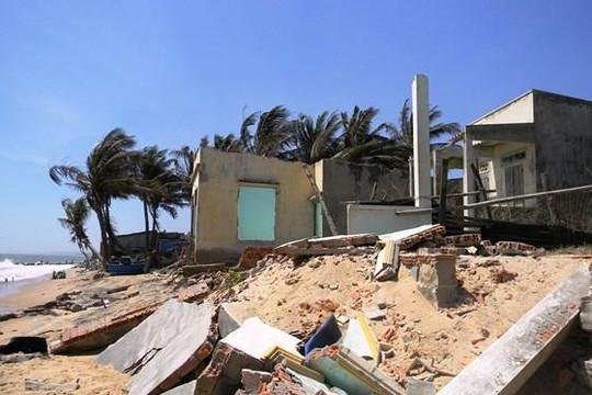 Bình Thuận: Biển xâm thực đánh sập 11 căn nhà