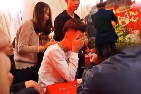 Ôm mặt khóc như mưa ở đám cưới người yêu cũ, chàng trai Hà Nội lên tiếng
