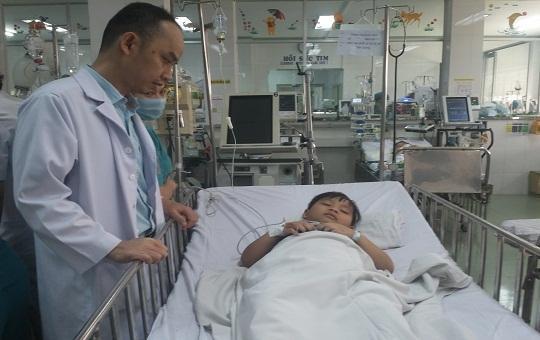 Bị 'quên' bóng đèn trong đường thở,  bé trai 6 tuổi phải cắt bỏ phổi