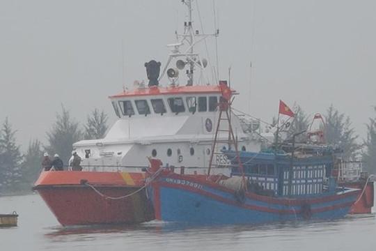 Cứu tàu cá Quảng Nam có nguy cơ chìm trên biển