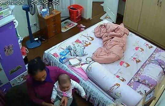 Nữ giúp việc trộm tiền trong ví của chủ bị camera an ninh ghi lại
