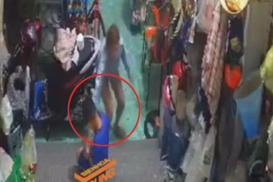 Nữ quái táo tợn xông vào nhà giật điện thoại trên tay bé trai