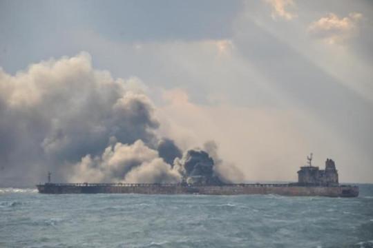 Tàu chở dầu Iran bị đâm có thể cháy cả tháng trên biển Hoa Đông