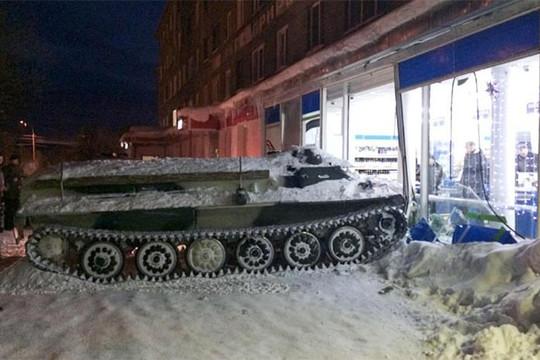 Bợm nhậu Nga húc xe bọc thép vào tiệm tạp hóa,  cướp một chai rượu