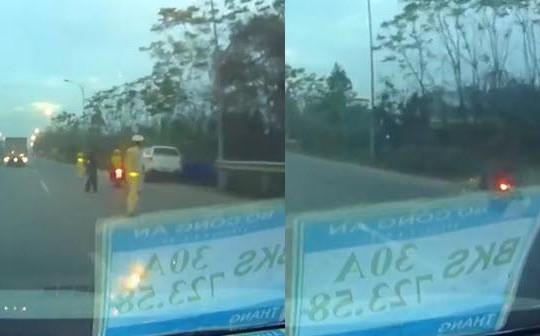 Clip tổ lái chở bạn gái té sấp mặt vì tông CSCĐ khi vượt chốt CSGT ở Hà Nội