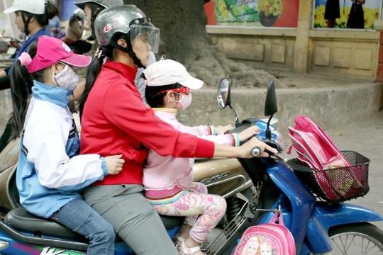 Hà Nội: Phụ huynh vẫn đưa con đến trường dù có thông báo nghỉ học