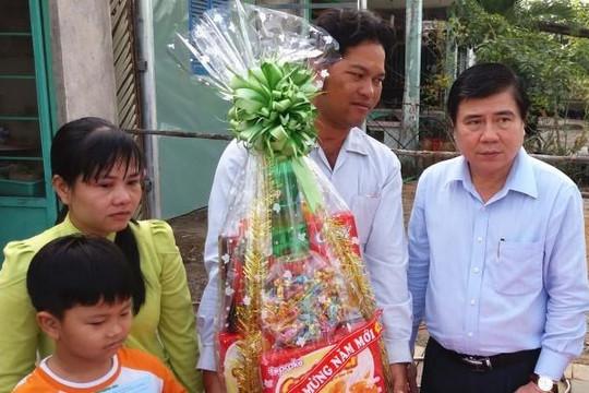 Mỗi hộ nghèo ở TP.HCM được tặng 1,15 triệu đồng để ăn tết