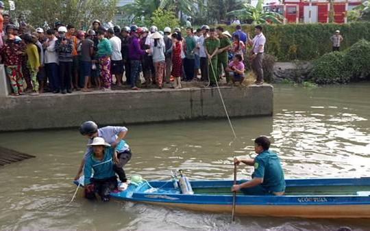 Đóng cống ngăn sông, 'kẹp' luôn người dân vô tình đi ghe qua