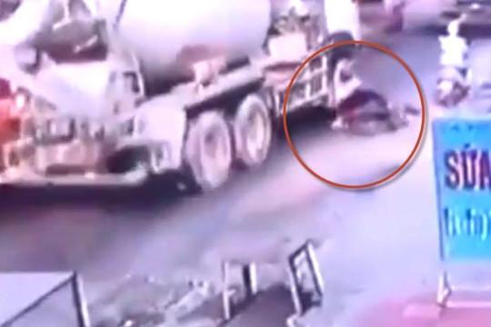 Clip xe bồn cán chết người phụ nữ té ra đường ngày cúng ông Táo