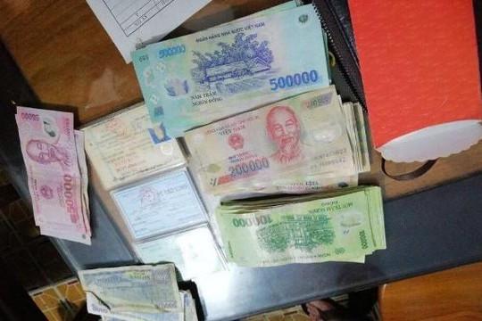 Ba em nhỏ trả lại hơn 40 triệu đồng nhặt được khi đi chơi tết