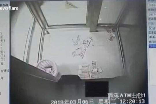 Máy ATM gặp trục trặc nhả tiền 'như mưa'