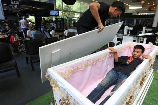Rợn người với quán cà phê mang 'phong cách' đám tang ở Bangkok