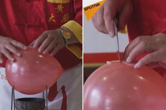 Đầu bếp khoe tuyệt kỹ bịt mắt cắt thịt trên quả bóng đặt trên đinh