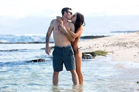 'Mỹ nhân gợi tình' Megan Fox trốn 3 con cùng chồng tình tứ ở Hawaii