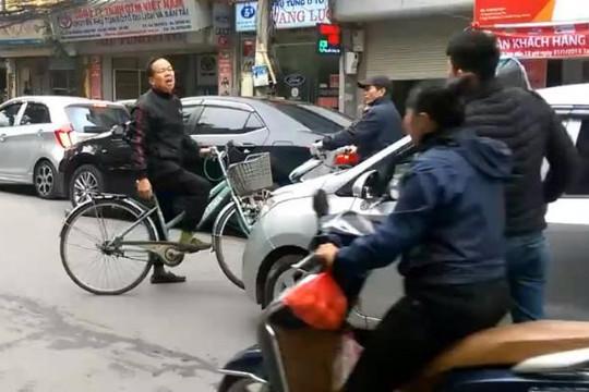 Vì sao cụ ông lấy xe đạp chặn đường nhiều ô tô và cả xe cứu thương ở Hà Nội?