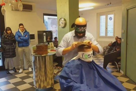 Thợ bịt mắt cắt tóc cho khách ở Italy