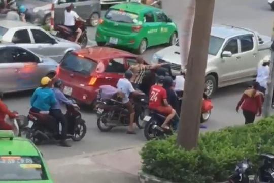 Xe bán tải lùi ngược chiều, đâm chết người phụ nữ đi xe đạp