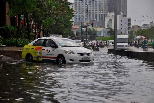 TP.HCM: Nhiều tuyến đường ngập nặng sau trận mưa kéo dài