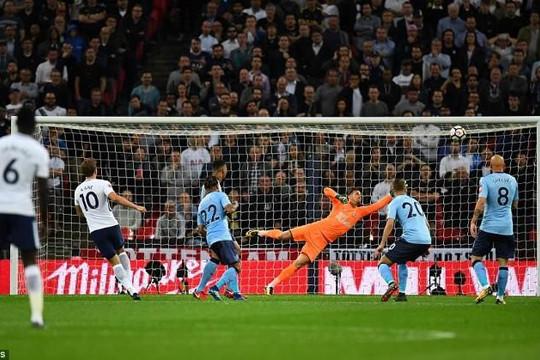 Tottenham chính thức có vé Champions League, Chelsea tự làm khó mình