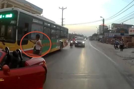 Clip dân chơi lái xế hộp mui trần chặn xe buýt ở Hà Nội, rút xích đánh tài xế