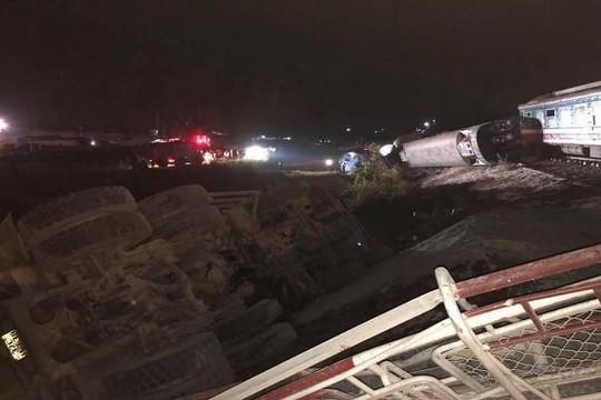 Thanh Hóa: Tàu hỏa va chạm ô tô, 2 người tử vong, lật 6 toa tàu
