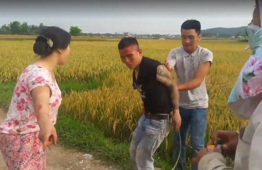 Cầm vũ khí đi vòi tiền gặt lúa, giang hồ Thanh Hóa bị người dân đánh nhừ tử