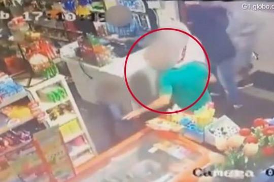 Cậu bé 6 tuổi xông vào cứu bố khỏi tên cướp có súng