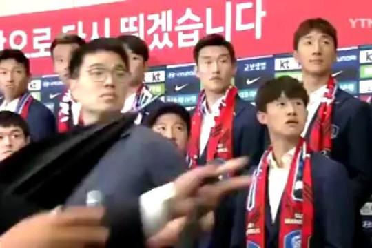 Thắng Đức, cầu thủ Hàn Quốc ngơ ngác vì bị fan cuồng ném trứng và giày khi về nước