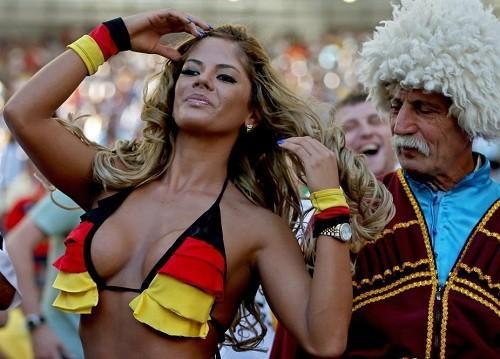 Đằng sau loạt ảnh nữ cổ động viên gợi cảm tại World Cup