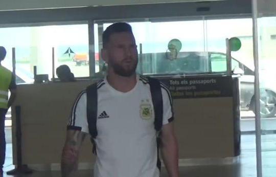 Được vợ đón về bằng nụ hôn, Messi vẫn chán nản sau khi bị loại khỏi World Cup 2018