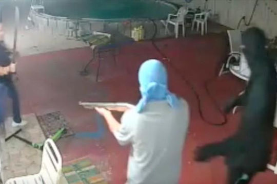 Băng cướp có súng bị chủ nhà cầm dao rượt chạy trối chết