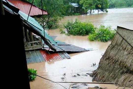 Nghệ An: Mưa lớn gây ngập nhà và sạt lở, thủy điện xả lũ