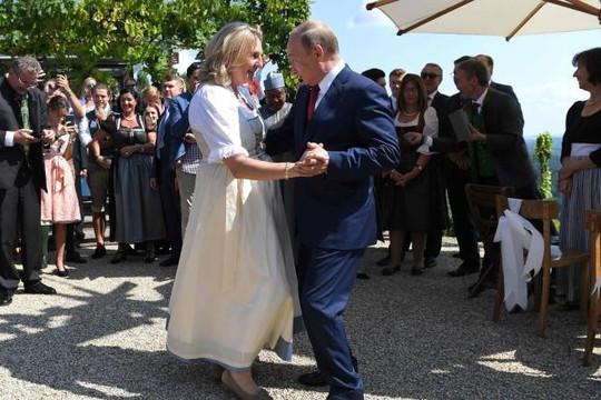 Ông Putin 'nhảy đầm' với cô dâu Ngoại trưởng Áo