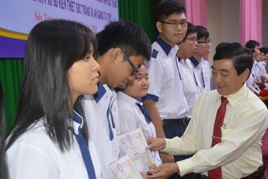 Sóc Trăng: 425 học sinh nghèo nhận học bổng