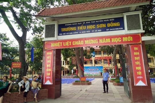 Trường TH Sơn Đồng bị tố lạm thu: Phụ huynh vây kín hiệu trưởng, đòi giải thích