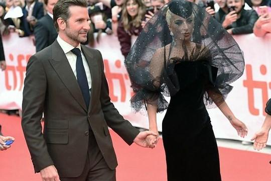 Lady Gaga quyến rũ, nắm chặt tay Bradley Cooper ngày ra mắt phim