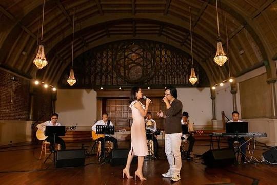 Mặc ồn ào chuyện ly hôn, Phạm Quỳnh Anh tình tứ song ca cùng Hoàng Hiệp