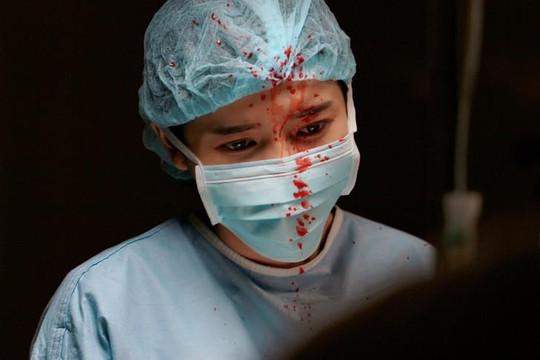 Cao Thái Hà vào vai bác sĩ, tiết lộ cảnh quay đầy máu me trong 'Hậu duệ mặt trời'