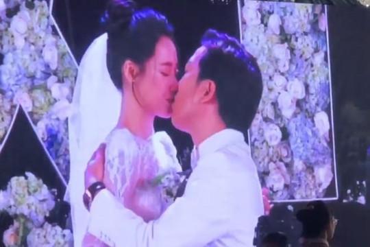 Clip Trường Giang - Nhã Phương ngại ngùng ôm rồi mới hôn nhau ở đám cưới
