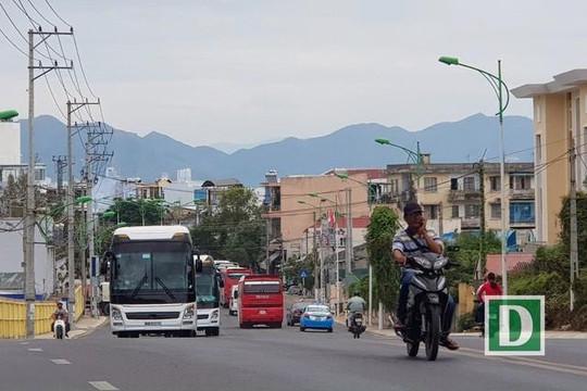 Du khách tăng, đau đầu vì kẹt xe trên tuyến đường ven biển Nha Trang