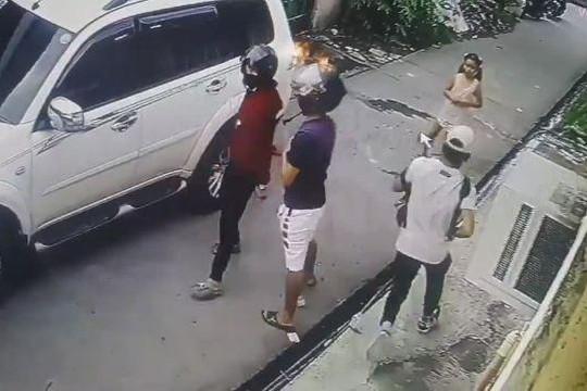 Bé gái 8 tuổi đối đầu với những tên cướp có súng khi thấy cha bị uy hiếp