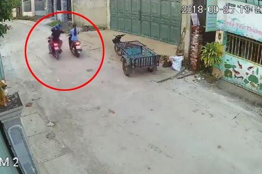2 tên cướp chạy xe máy áp sát, giật điện thoại của nữ công nhân